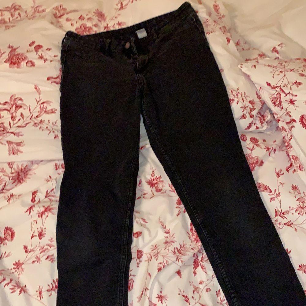 Stretchiga snygga svarta jeans! Får bra rumpa nyskick. Jeans & Byxor.