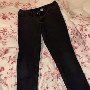 Stretchiga snygga svarta jeans! Får bra rumpa nyskick