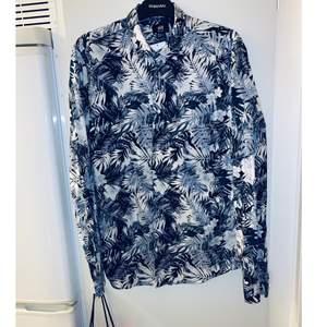 Ny skjorta med lappen kvar! Köpt på HM. Str M.  Kolla gärna in mina andra inlägg, Vi intresse av fler varor så fixar jag ett bra paketpris!