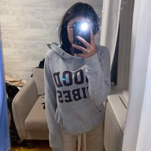 Grå hoodie med texten good vibes. Storlek Xs