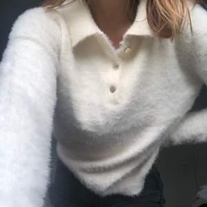 """Säljer min gräddvita stickade """"päls"""" tröja. Använt få antal gånger, jättebra skick. Storlek M men är liten i storlek. Köparen står för frakten."""