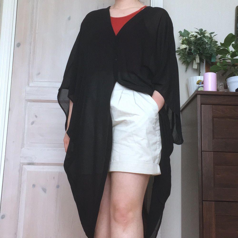 Cardigan i halvtransparent tyg, v-ringad fram och bak. Sitter oversized. Lappen bortklippt men från Monki. Skön till sommaren, öppen, stängd eller med skärp. . Klänningar.