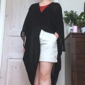 Cardigan i halvtransparent tyg, v-ringad fram och bak. Sitter oversized. Lappen bortklippt men från Monki. Skön till sommaren, öppen, stängd eller med skärp.