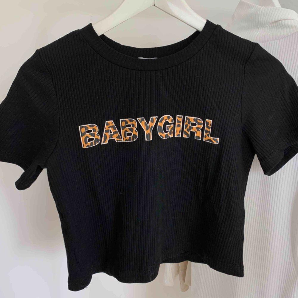 Croppad babygirl tshirt. Helt oanvänd från Princess Polly. Storlek 34, men passar upp till 38 beroende på hur åtsittande man vill ha den🧡🖤 bud från 200kr! Kan mötas upp i GBG, köparen står för frakten . T-shirts.