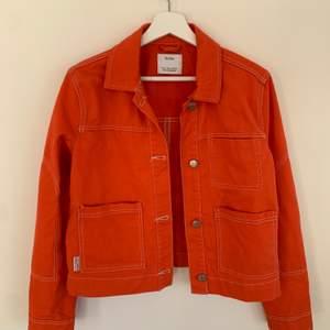 Superfin orange/röd jacka fram bershka som endast är använd 2 gånger! Köpare står för frakt.