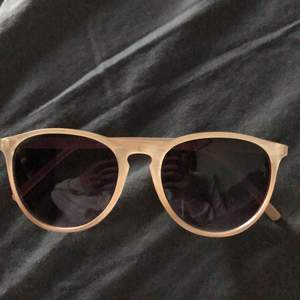 Solglasögon jag aldrig använder. Ett litet märke framför men det tänker man inte på. Pris kan diskuteras