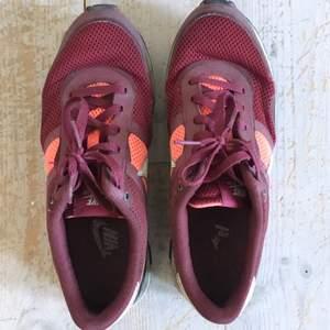 Säljer ett par Nike Air sneakers.  Använda men ändå i bra skick, vid intresse för köp kan sulan rengöras ytterligare så den ser lite fräschare ut.  Storlek EUR: 42. Cm: 26,5. Modell: Herrsko.  Ord pris ca 1200kr.  Säljer för 250kr.