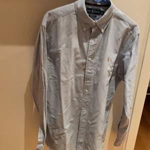 En ljusblå skjorta från Ralph Lauren, storleken L, använd ungefär 3 gånger. Exlusive frakt