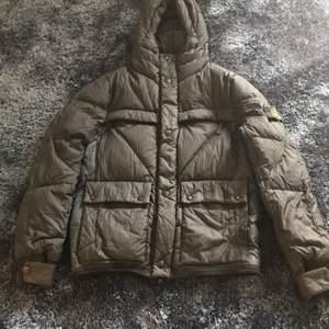 Strl: L Skick: 8/10 Färg: Svart Material: Dun Pris: 4000kr (Säljer nu en fräsh SL jacka från vintern 2011! Jackan är i väldigt fint skick utöver att det finns ett sytt hål, nypris beräknas till ca 8k.