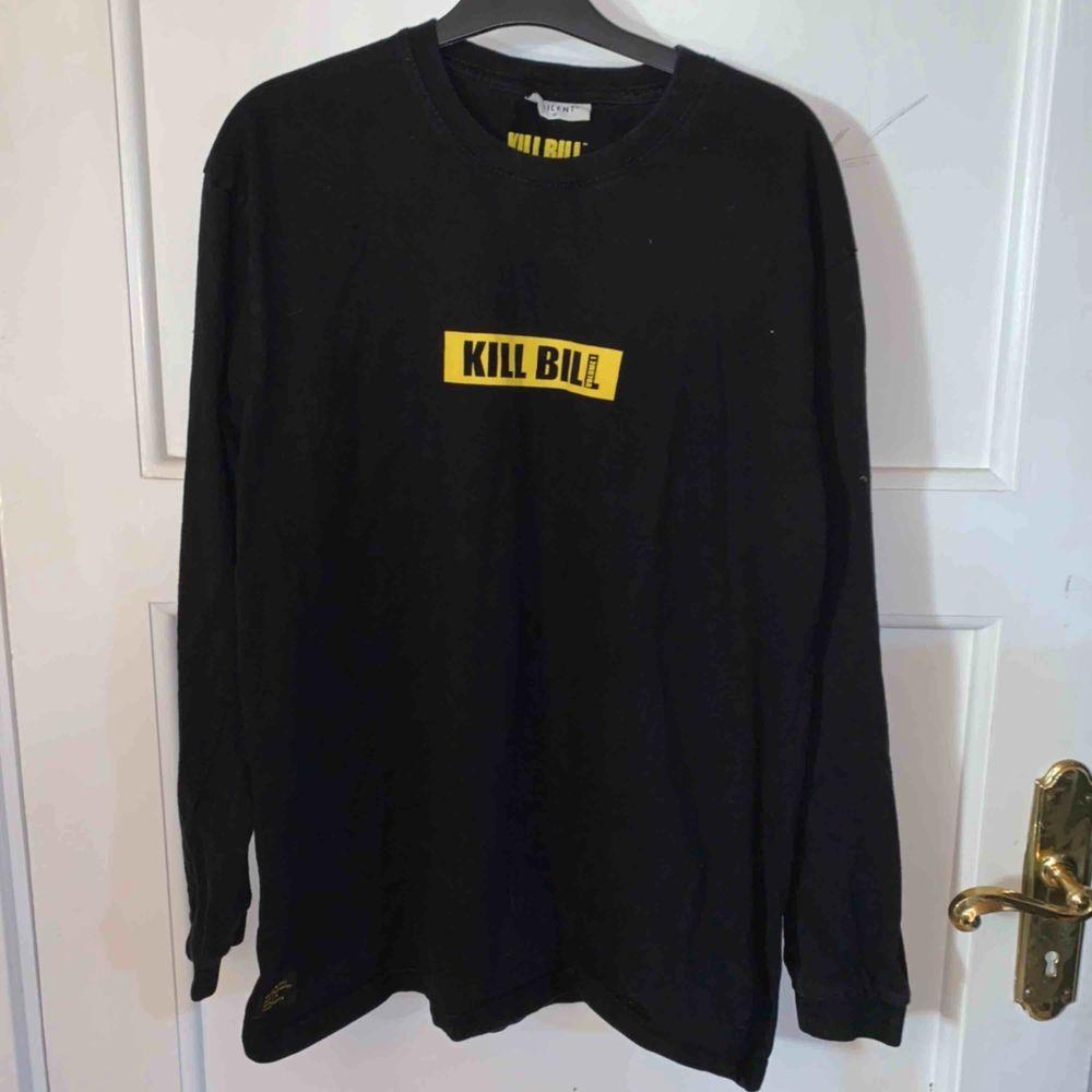 Kill Bill tröja köpt på Carlings säljes då den är för stor för mig, köpare står för frakt.. T-shirts.