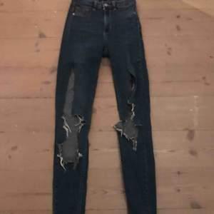 Snygga jeans men stora hål. Köpte de från Gina Tricot för 299 kr och säljer dom nu 200 kr billigare 😊