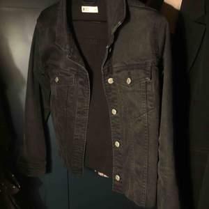 Jeansjacka från Gina tricot. Jag har klippt den men den är sjukt snygg.