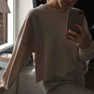 krämvit oversize sweatshirt från bikbok i storlek L, 130kr inkl frakt