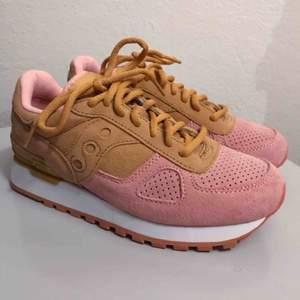 Splitternya saucony skor i rosa och beige, asså sååå fina💗💗 köp innan jag ångrar mig haha! Helt nya verkligen, låda och allt är med💕
