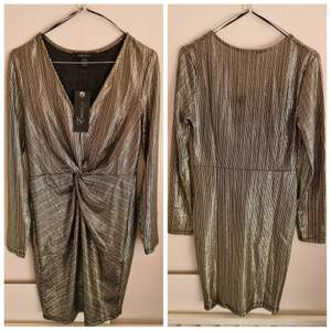 Amiso klänning storlek 38. Färg: svart/guld. Skick: NY, oanvänd. (+ frakt 44kr)