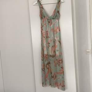 Maxiklänning i ONESIZE. Köpt utomlands så märket är okänt för mig. I fint nyskick!