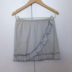 Oanvänd kjol från Monki. Supergullig! 50kr frakt.