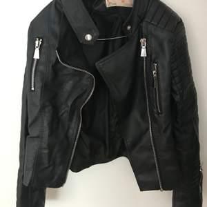 Populär skinnjacka ifrån Chiquelle i storlek 36 (Moto Jacket Black). Tyvär är den för liten. Nypris 699kr. Använd ett fåtal gånger. Möts upp i Stockholm annars kostar frakten!