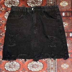 En svart kjol i storlek XS...⚡️  Kolla gärna in resten i min profil 🌎 Pris går att diskuteras!  Köpare står för frakt  📦 (66kr) totalt- 116kr