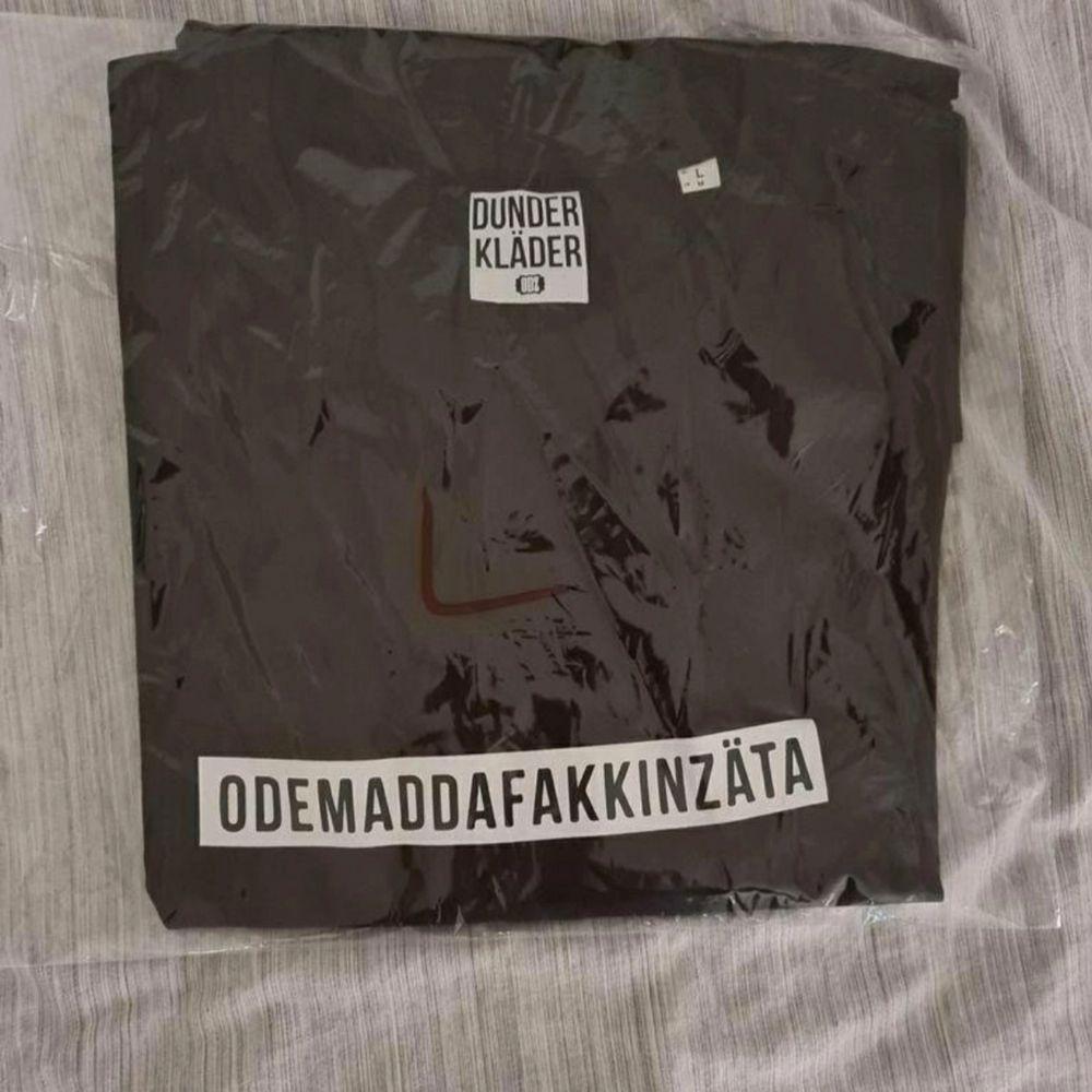 Fortfarande inplastad, helt ny  OBS: Säljs endast till seriösta köpare / Collecters Storlek: Large . T-shirts.