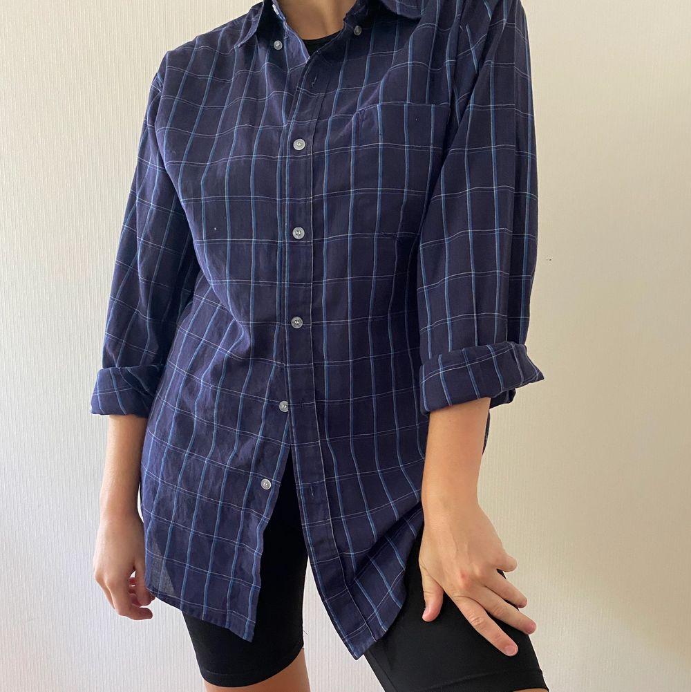 Vintage skjorta i storlek M. Sitter snyggt oversized och passar perfekt till ett par cykelbyxor eller liknande. 🤗. Skjortor.