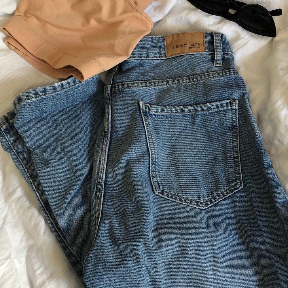 Skiiit snygga momjeans köpta på Gina tricot, knappt använda då jag inte passar i denna typen av byxor tyvärr:(( hoppas dem kommer till användning av någon annan för dem är verkligen sjukt snygga!. Jeans & Byxor.
