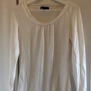 Vit långärmad tröja, stl L, men passar även M. Fint skick. Skickas mot fraktkostnad 44 kr.