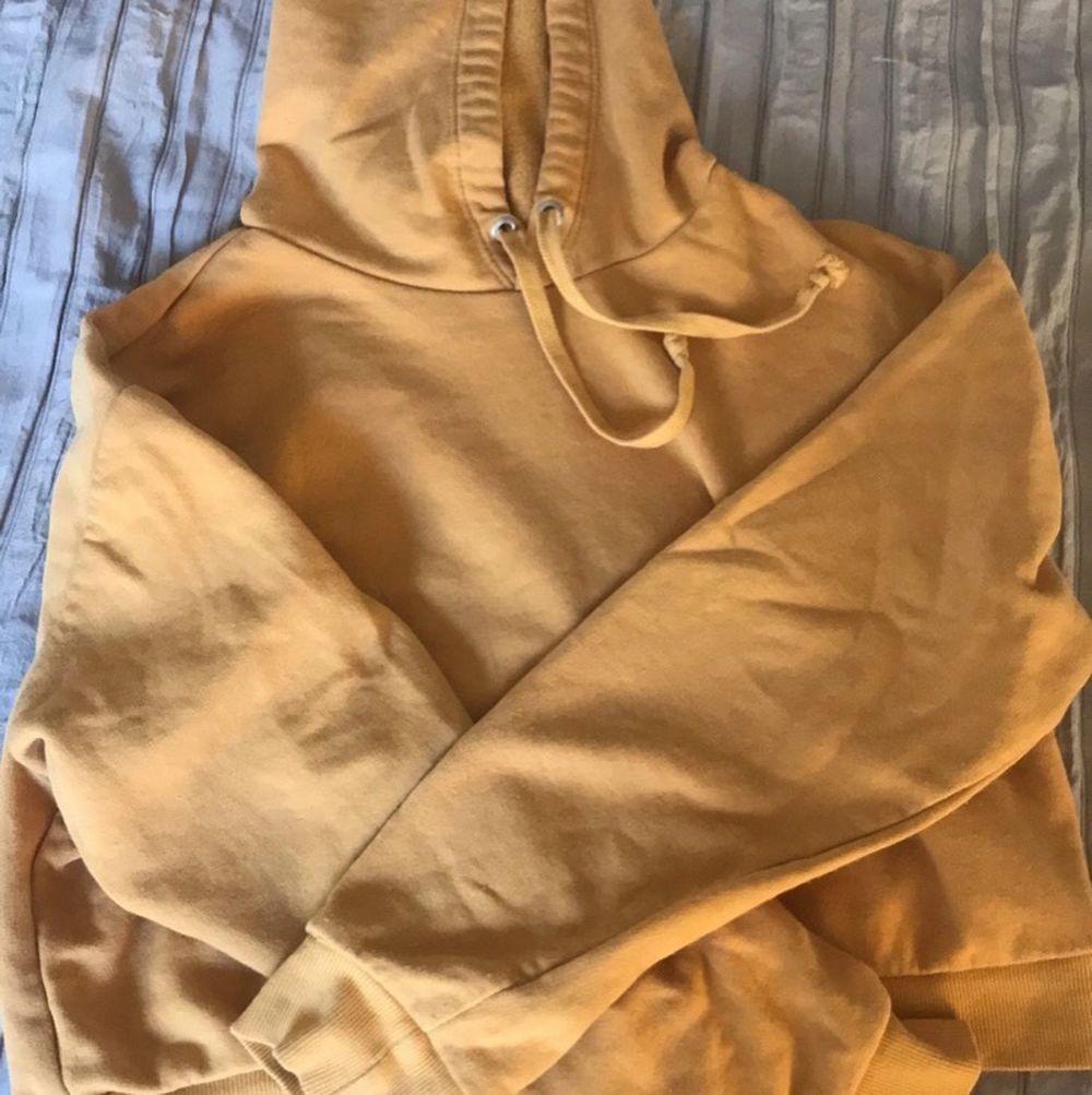 Hoodie i storlek XS. Kortare än en vanlig hoodie. Bra kvalitet och ull material. Skjortor.