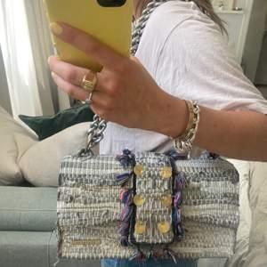 Väska från kooreloo i skinn!! Ena fästet är av därav det billiga priset, men den fungerar felfritt att använda. Nypris ca 4000kr