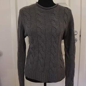 Säljer en kabelstickad tröja från Ralph Lauren med en högre krage.  Tröjan är i mycket bra skick och köpt från Best of Brands.  Storlek: M