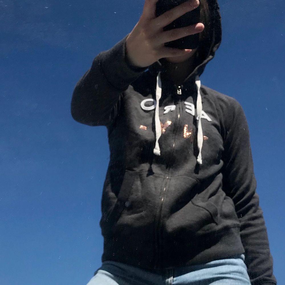 49kr för tröjan + 66kr frakt = 115kr Mörkgrå hoodie med dragkedja från Aeropostale. Fint begagnat skick. Mörkgrå med text på i vit / guldiga paljetter. Huvtröjor & Träningströjor.