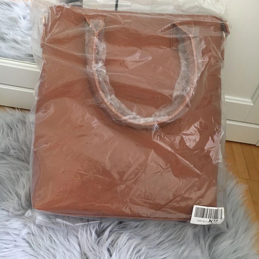 Helt oanvänd brun väska, köpt på Zalando🌸. Väskor.