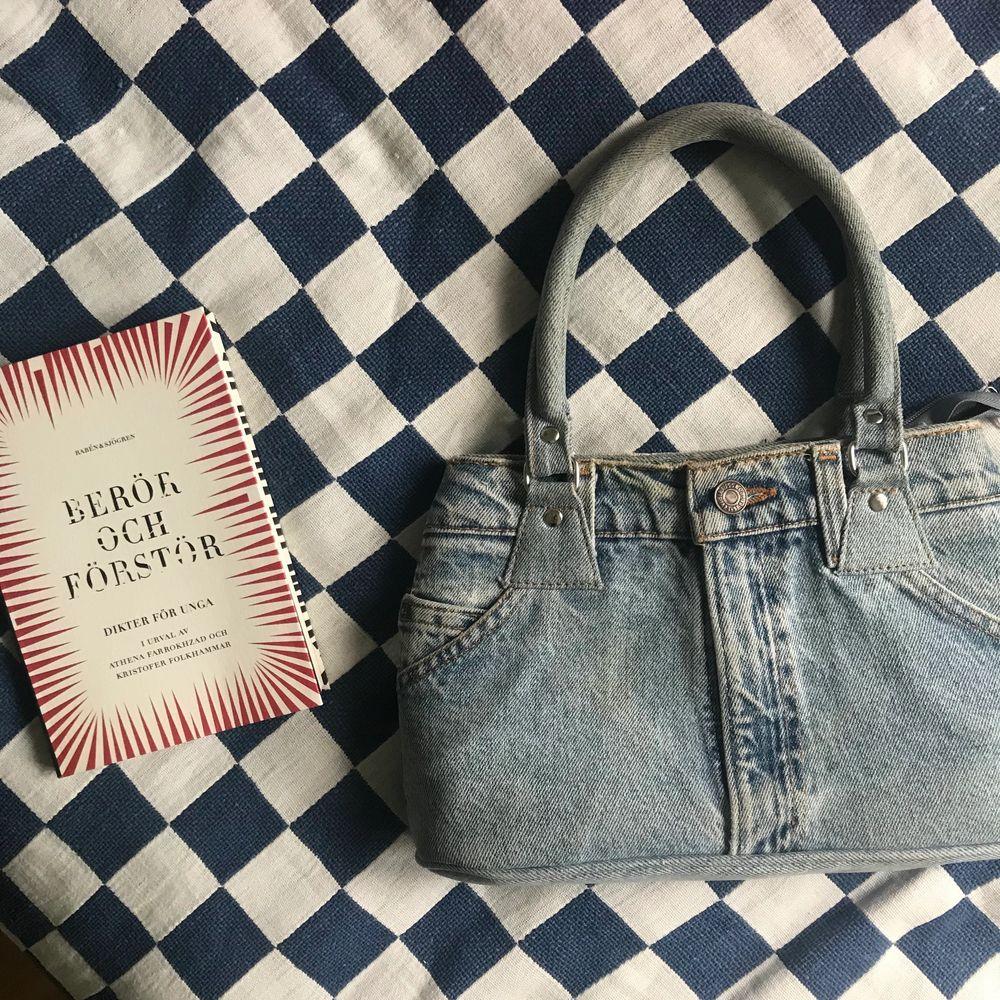 Ashäftig handväska, ska efterlikna ett par jeans från Levi's! Sista bilden är för att visa hur stor den är! Använd 3 gånger . Väskor.