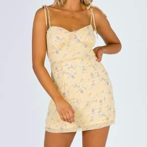 Helt ny med lappen kvar! Storlek 0 vilken motsvarar XS ungefär! 💜 Jag fick betala ungefär 650 kr för klänningen, med frakt och tull inräknat!  Säljer då jag vet att den tyvärr inte kommer komma till användning för mig! 🌟 den är helt slutsåld! Frakt 44!