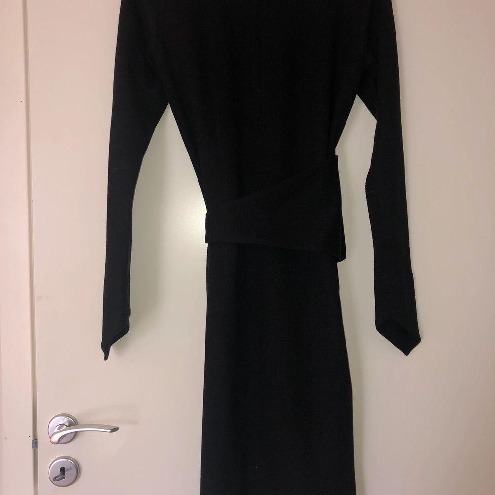 Fin svart klänning från atmosfär. Oanvänd med prislapp kvar. . Klänningar.