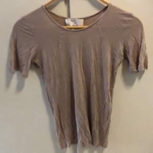 Skön, fin t-shirt står ej märke el str men gissar på att det är en str s iaf. Frakt ingår ej