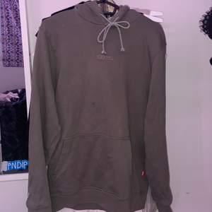 Mörkgrön/olivgrön hoodie från caliroots😊 har bytt snören på den då dem gamla var lite sönder💖 den är väldigt oversized på mig som är cirka 1,60 och vanligtvis har XS/S men det är bara superskönt! Det finns några fläckar(lägger knappt märke till) men som går bort i tvätten.