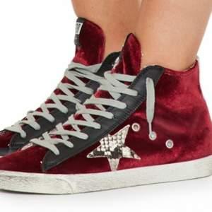 Intressekoll på mina super fina golden goose skor. Super fin röd färg och perfekta skor till bla kjol!! Passar mig som vanligt vis har 39! Hör dig vid intresse💕💕💕 HÖGSTA BUD: 1850kr