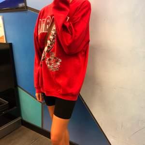 Röd skön och perfekt stor hoodie, kommer ej till användning.