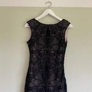 Jättesöt svart minidress med mönster, svart transparent svart tyg över. Använt sparsamt och i fint skick, perfekt till fest å nyår! Storlek S
