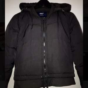 Perfekt jacka både till höst, vinter och vår. Kroppad och snygg jacka. Säljer den då den inte kommer till användning för mig. Bra skick endast använd några få tal gånger. Vid snabb affär kan pris diskuteras💕
