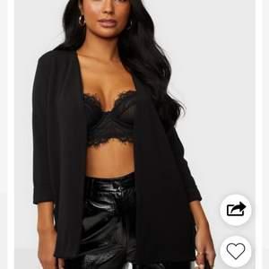 """Säljer denna as snygga """"kavaj"""" (mjukt material) från Nelly, märket är sisters point. Dock medföljer inget snöre men den är snygg som den är. Storlek S. 150kr+frakt"""