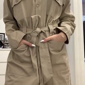 En jättefin oanvänd klänning från Nelly.com! Kan även användas som en tunn jacka💓
