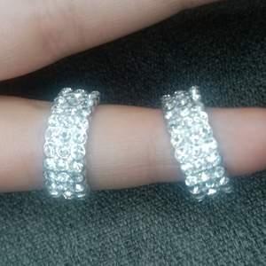 Örhängen i halvmåne form med diamant liknande textur