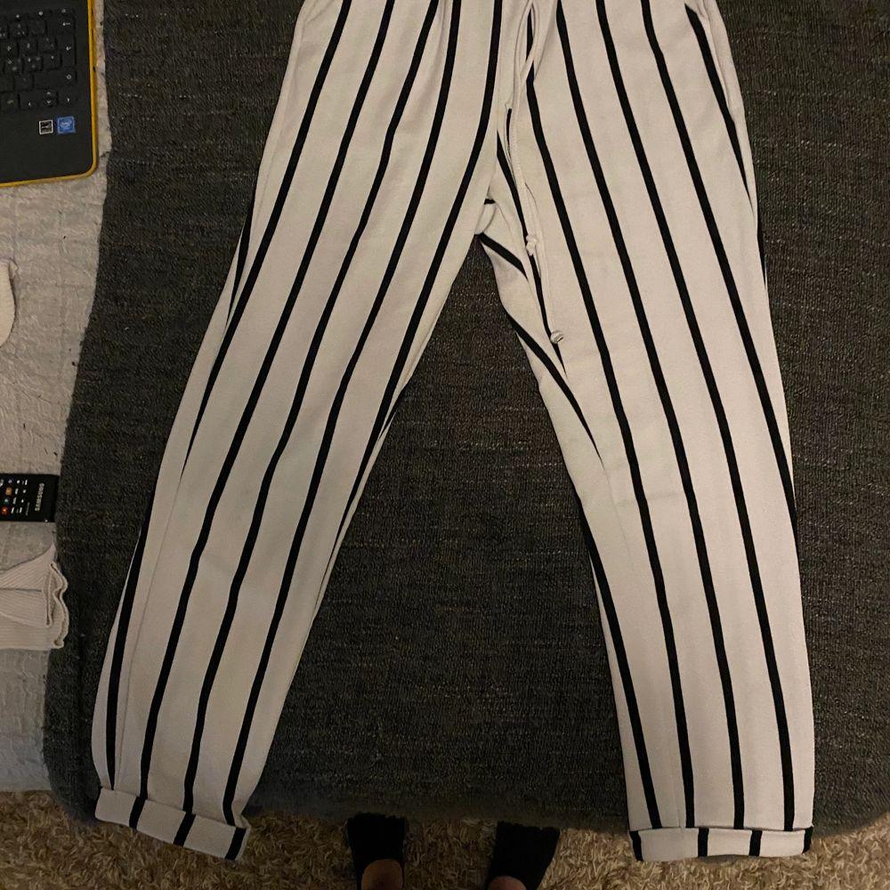St S nyligen köpta men för små för mig. Använt dom en gång innan annars ganska nya.. Jeans & Byxor.
