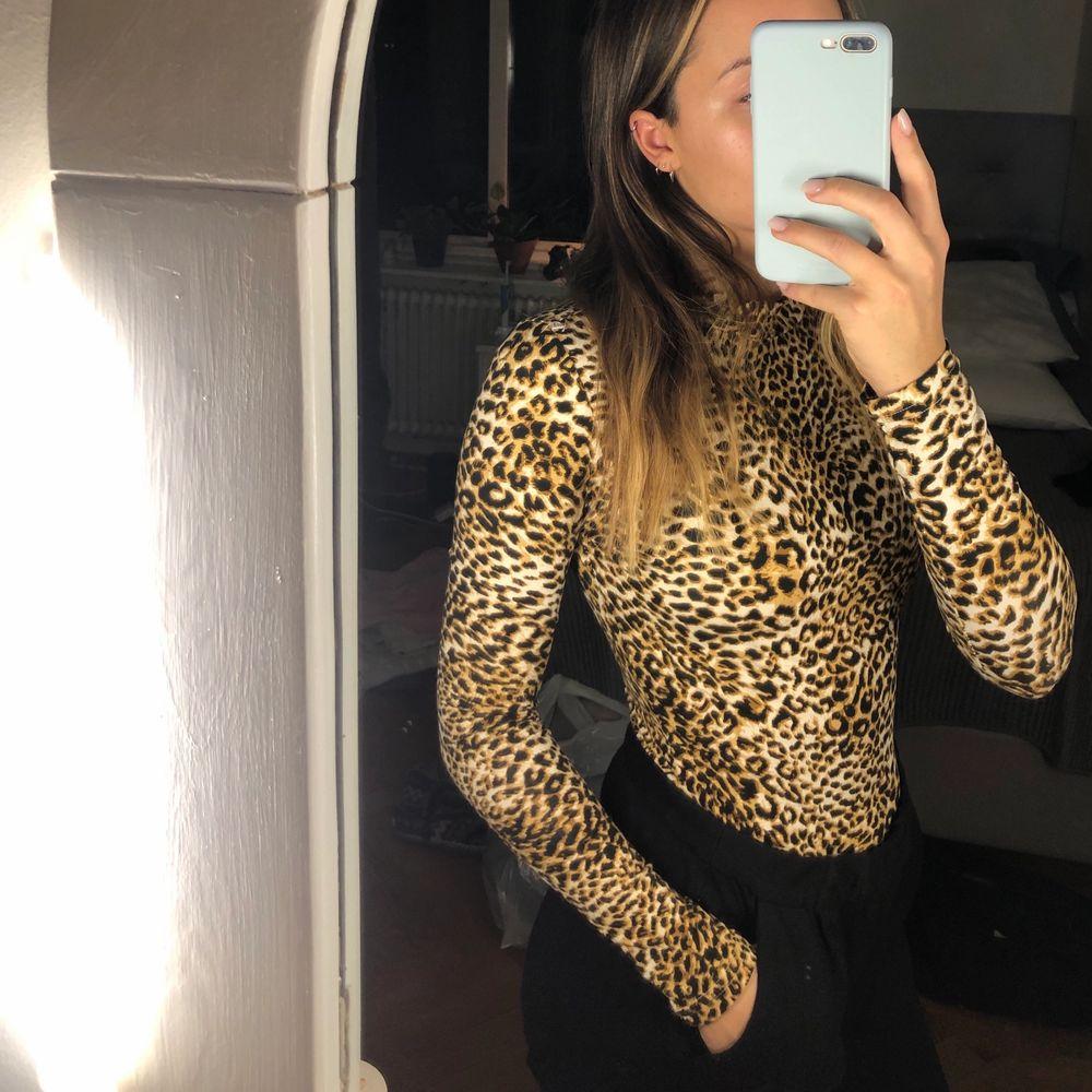 Tajt tröja i leopard-mönster. Bekväm och stretchig i materialet 🌸. Tröjor & Koftor.