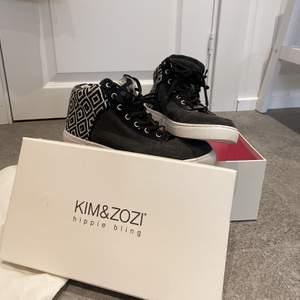 Skitcoola skor som är perfekta nu till hösten. Mid-high sneakers med ett coolt mönster. Använda fåtal gånger så i bra skick. Säljs då de sällan används. Medföljande dustbag. Köparen står för frakten. Nypris är ca 1800kr. 💓 om det är fler intresserad gäller budning