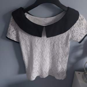 Denna söta svartvita tröja med rosetter där bak är använd enbart ett fåtal gånger och säljes på grund av att den är för liten för mig. Det är Kina storlek så skulle tro att den passar perfekt till XS