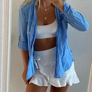 (Lånad bild) men den blå skjortan från zara 💙🦋 storlek 36 , 200 kr, 140 kr om man kan hämta den