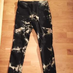 Svarta högmidjade byxor med batikmönster i cendré, väldigt coola!